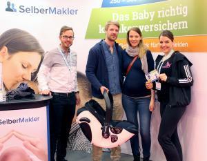 Das Gewinnerpärchen Stefan und Josephine hat bei der Verlosung auf der BabyWelt den Hauptpreis in Empfang genommen.
