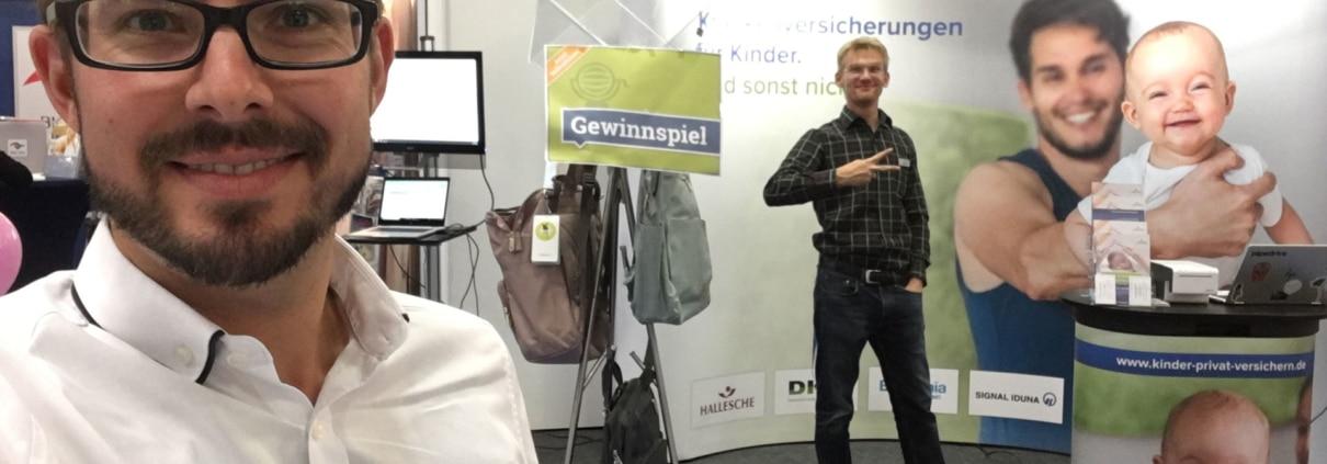 Jakob & Christoph am Messestand von kinder.versicherung